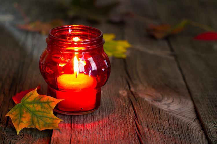 czerwony-znicz-cmentarz-swieto-zmarlych-dzien-wszy_28392040.jpg